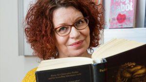 Maija Karhi on Tikkurilan kirjaston kaunokirjallisuus ekspertti