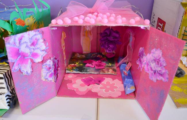 Prinsessakirjasto on koristeltu myös ulkoapäin pinkiksi