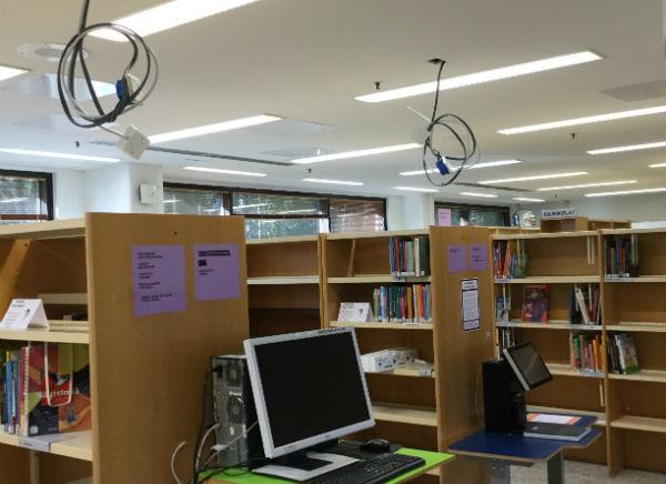 Martinlaakson kirjaston tiedonhakukoneet, joista on irrotettu sähköjohdot