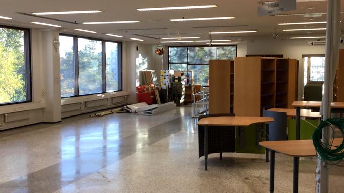 Laatikoiden lähdettyä salissa on tyhjää. Oikealla näkyy osiin purettu vanha lainaustiski, ja salin perällä sorttiasemalle lähtevää tavaraaa.