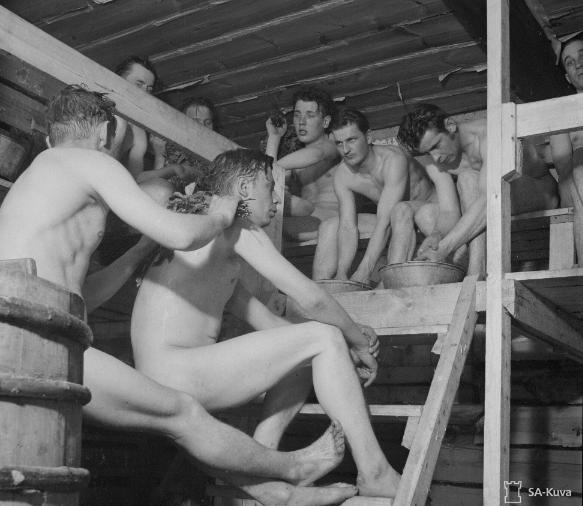"""Kuvasarja """"Kuulovartiosta Lepokotiin"""": Sauna lämpiää Jukolassa kerran päivässä ja useamminkin tarpeen vaatiessa ja aina on kylpijöitä. Valokuvaaja: Luutnantti R. Ruponen, 1942"""