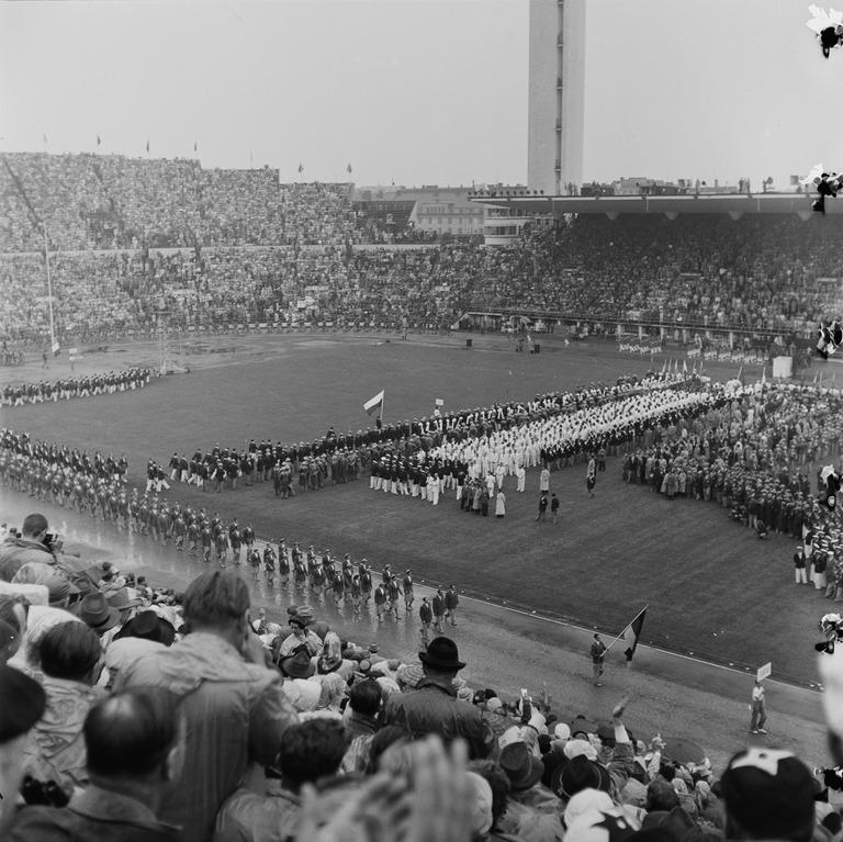 19520719 . Helsingin olympialaiset 1952. Avajaiset 19.7. Olympiastadionilla. Saksan joukkue marssii kentälle.
