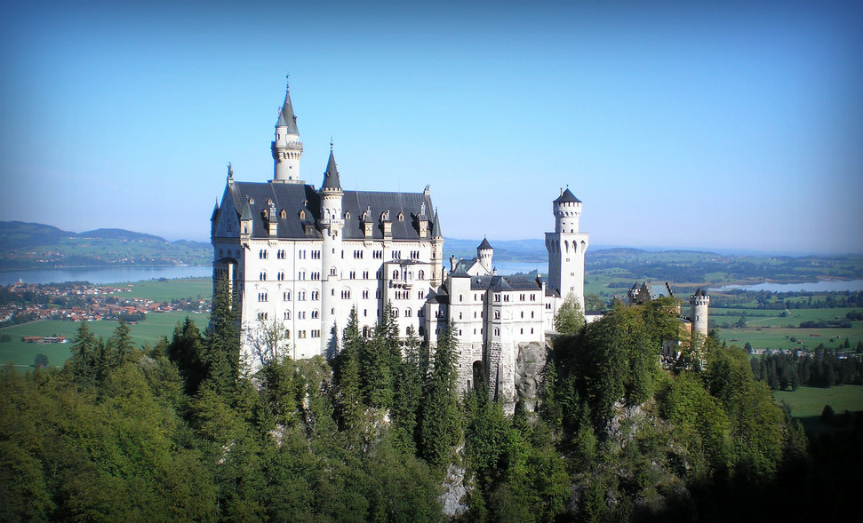 Neuschwansteinin linna Saksan Baijerissa on toiminut esikuvana Disneyn Prinsessa Ruususen linnalle. Flickr.com: Armandoreques, CC BY-SA