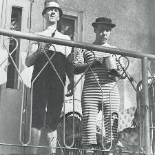 Pekka ja Pätkä seikkailivat mm. elokuvassa Pekka Puupää kesälaitumilla. Kuvakaappaus elokuvasta.