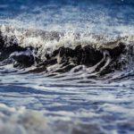 Kuvassa aalto, jonka roiskeet erottuvat selvästi.
